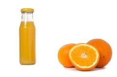 Bevanda isolata Vetro di succo d'arancia e fette di frutta arancio isolate su fondo bianco Immagini Stock Libere da Diritti