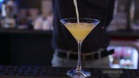 Bevanda nel vetro, liquido, buona notte dell'alcool del partito di Coctail Antivari archivi video