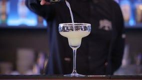 Bevanda nel vetro, liquido, buona notte dell'alcool del partito di Coctail Antivari stock footage
