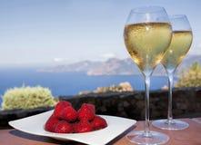 Bevanda romantica in Corsica con le fragole ed il vino bianco Fotografie Stock Libere da Diritti