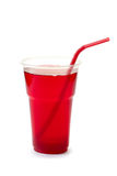 Bevanda rossa con paglia in tazza di plastica su bianco Fotografie Stock