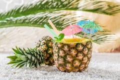 Bevanda tropicale in ananas sulla spiaggia sabbiosa Fotografia Stock Libera da Diritti