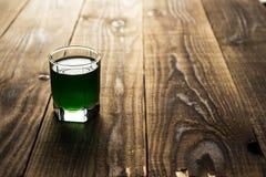 Bevanda verde del colpo dell'alcool Fotografie Stock