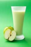 Bevanda verde del yogurt della mela Fotografia Stock Libera da Diritti