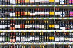 Bevande alcoliche, vino rosso sul deposito immagini stock libere da diritti