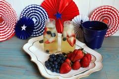Bevande americane della frutta e del tè di estate di festa con le bacche Fotografia Stock