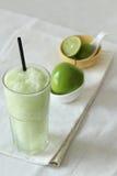 Bevande dei frullati di Apple su fondo bianco Fotografia Stock