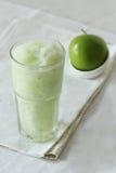 Bevande dei frullati di Apple su fondo bianco Immagine Stock