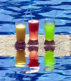 Bevande del Poolside fotografia stock libera da diritti