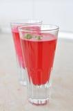 Bevande di colore rosso in vetri Immagini Stock