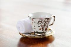 Bevande di erbe fatte dal succo, dalla citronella e dal basilico di rosella con gli asciugamani freddi - la cameriera di bar vers Fotografie Stock