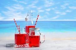 Bevande di estate alla spiaggia Fotografia Stock Libera da Diritti