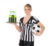 Bevande e calcio della tenuta dell'arbitro fotografie stock libere da diritti