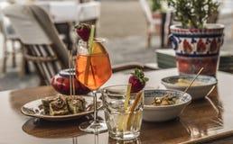 Bevande e spuntini Alimento italiano Fragola e limone Verdure fritte Colori Mediterranei Fotografia Stock Libera da Diritti