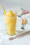 Bevande fresche dei frullati del frutto della passione e del mango Immagine Stock Libera da Diritti