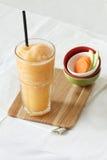 Bevande fresche dei frullati della carota e della mela fotografia stock
