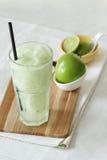 Bevande fresche dei frullati della mela su fondo bianco Fotografie Stock Libere da Diritti