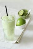 Bevande fresche dei frullati della mela su fondo bianco immagini stock libere da diritti