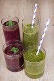 Bevande fresche del frullato degli spinaci e del mirtillo Immagini Stock