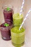 Bevande fresche del frullato degli spinaci e del mirtillo Immagini Stock Libere da Diritti