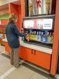 Bevande gassose serventi della gente nel Burger King fotografie stock libere da diritti