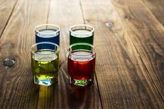 Bevande rosse blu del colpo dell'alcool di verde giallo Immagini Stock Libere da Diritti