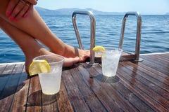 Bevande sulla piattaforma di un yacht di navigazione Fotografie Stock Libere da Diritti