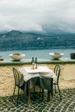 bevande sulla tavola del caffè con la vista sul albano del lago in Castel Gandolfo, Roma immagini stock libere da diritti
