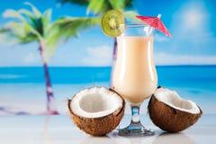Bevande tropicali sulla spiaggia fotografia stock