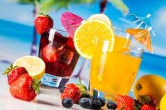 Bevande tropicali sulla spiaggia fotografie stock libere da diritti