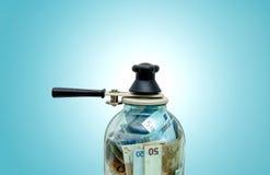 Bevara europeiska pengar i en glass krus Arkivbilder