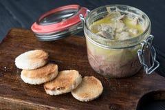 Bevarade Foie gras i krus och smörgåsar Arkivbilder