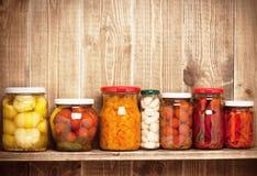 Bevarade höstgrönsaker på hylla arkivfoto