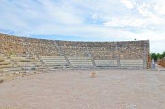 Bevarat väl fördärvar av den forntida teatern för salamier nära Famagusta, nordliga Cypern royaltyfria foton