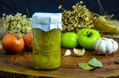 Bevarat vegetariskt matbegrepp På burk salladslök i en krus på träbakgrund fotografering för bildbyråer