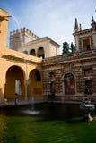 Bevattna att applådera in i ett damm med en Neptunstaty i Seville, Sp arkivfoton