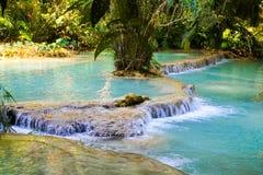 Bevattna att flöda över terrasserna på Kuang Si Falls i Laos Royaltyfria Bilder
