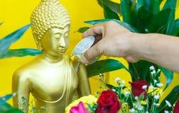 Bevattna att hälla till Buddhastatyn i den Songkran festivalen av Thailand Royaltyfri Foto