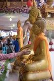 Bevattna att hälla till Buddhastatyn i Songkran festivaltradition Thailand Arkivfoto