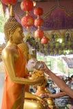 Bevattna att hälla till Buddhastatyn i Songkran festivaltradition Thailand Arkivfoton