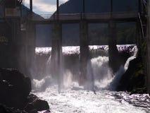 Bevattna att koka i vattenfall under den gamla vattenkraftväxten stock video