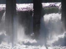 Bevattna att koka i vattenfall under den gamla vattenkraftväxten arkivfilmer