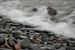 Bevattna att krascha på kust efter storm royaltyfri foto