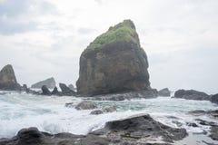 Bevattna att plaska vågor på havet på den Papuma stranden, Jember, östliga Jawa, Indonesien Arkivbild