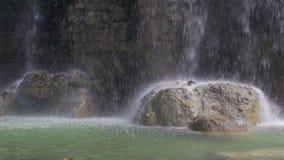 Bevattna att tappa på stenar, vattenfall i parkera av slottkullen i Nice, Frankrike arkivfilmer
