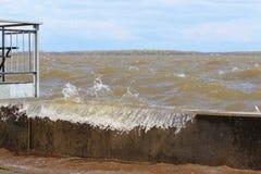 Bevattna bortgången över fördämningen på den Pointe Calumetmarina royaltyfri foto