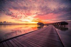 Bevattna bungalower med härlig blå himmel och havet i Maldiverna royaltyfria bilder