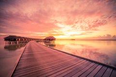 Bevattna bungalower med härlig blå himmel och havet i Maldiverna arkivfoto