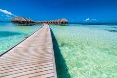 Bevattna bungalower med härlig det skymninghimmel och havet i Maldiverna exponering long royaltyfria foton