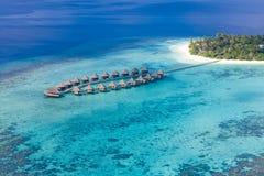 Bevattna bungalower med härlig det skymninghimmel och havet i Maldiverna exponering long royaltyfri bild